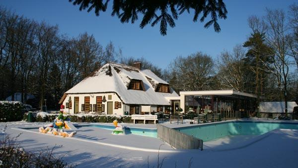 Aanzicht restaurant in de sneeuw