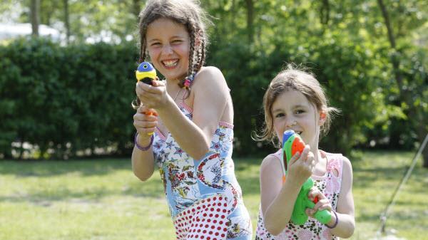Met waterpistolen spelen