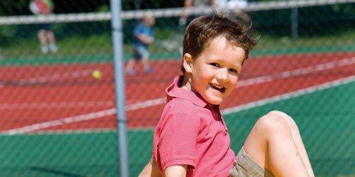Bij de tennisbaan